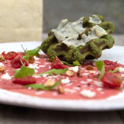 Carpaccio met boerenkoolwafel gegratineerd met Parmezaanse kaas