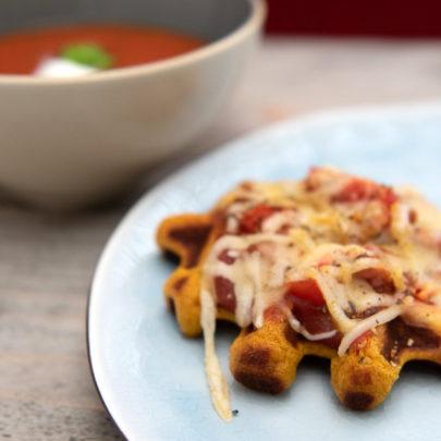 Serveer je soep eens met een kleine pizzawafel!