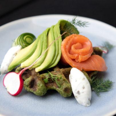 Boerenkoolwafel met gerookte zalm en verse avocado